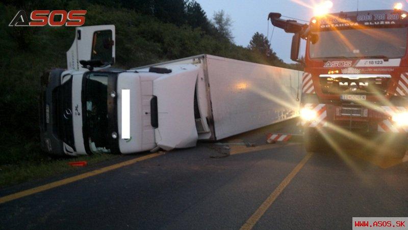 Nehoda kamiónu a 5 osobných áut D1